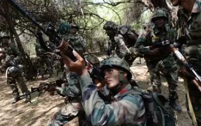 Indian Troops Can Be Seen Launching Grenades At Pakistan's Ssg Commandos In Border