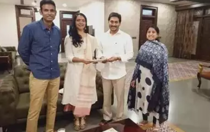 Medak Sp Chandana Deepthi Invites Ap Cm Ys Jagan For Her Wedding